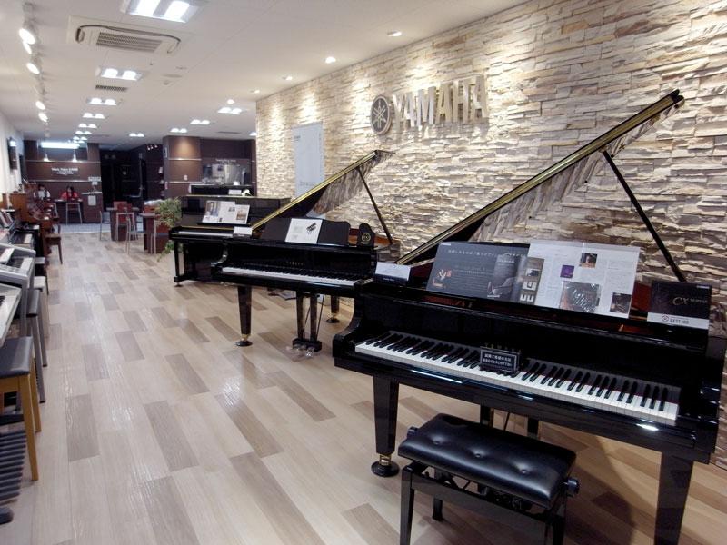 新品ピアノと中古ピアノの展示場になります。グランドピアノ2台、話題のトランスアコースティックピアノの展示もあります。