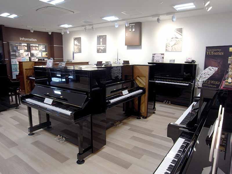 新品ピアノと中古ピアノの展示場になります。新品ピアノ、中古ピアノ合わせて常備20台以上あります。